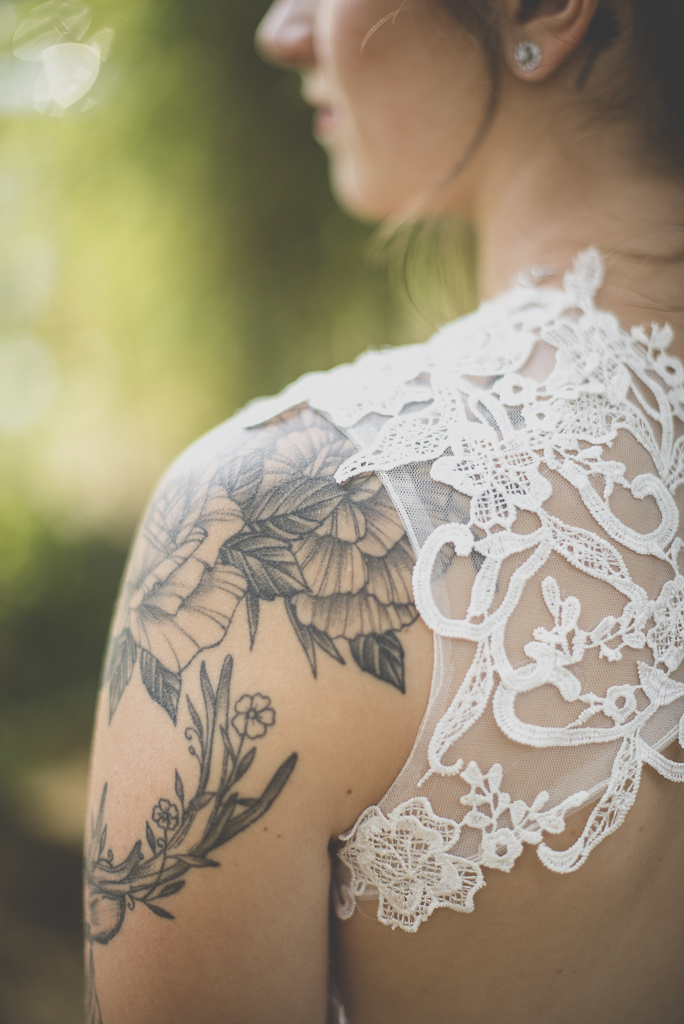 Reportage mariage automne Saint-Gaudens - tatouage épaule mariée - Photographe Saint-Gaudens
