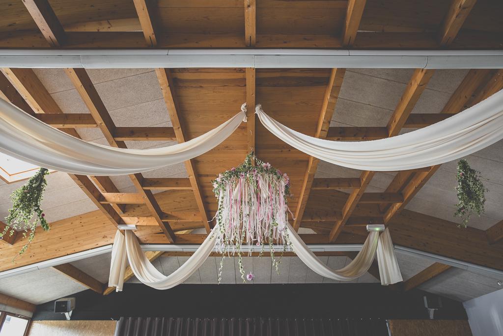Reportage mariage automne Saint-Gaudens - décoration au plafond avec tissus, rubans et lierre - Photographe Saint-Gaudens
