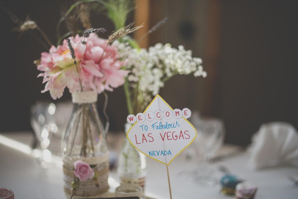 Reportage mariage automne Saint-Gaudens - décoration de table par ville - Photographe Saint-Gaudens