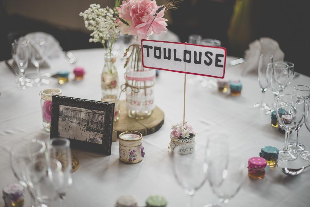 Reportage mariage atuomne Saint-Gaudens - décoration de table par ville - Photographe Saint-Gaudens