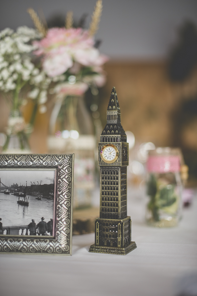 Reportage mariage automne Saint-Gaudens - décoration de table big ben - Photographe Saint-Gaudens