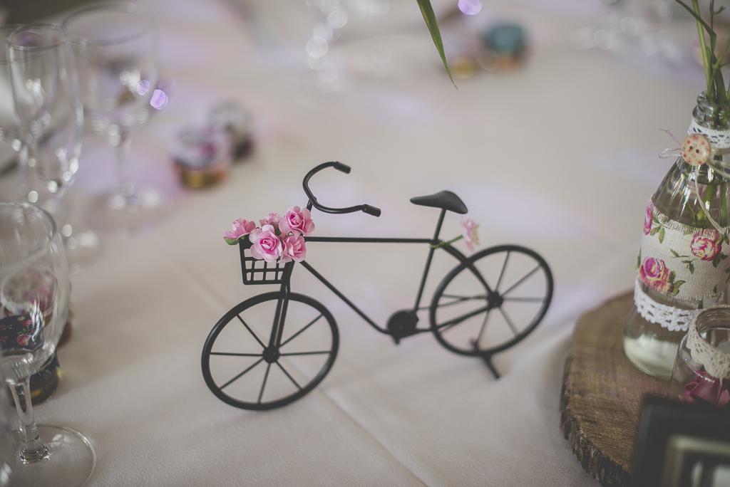 Reportage mariage automne Saint-Gaudens - décoration de table petit vélo - Photographe Saint-Gaudens