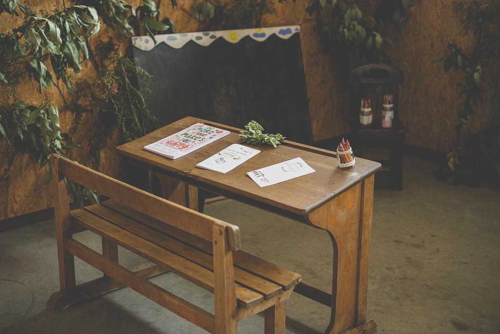 Reportage mariage automne Saint-Gaudens - déco enfants ancien bureau d'écolier - Photographe Saint-Gaudens