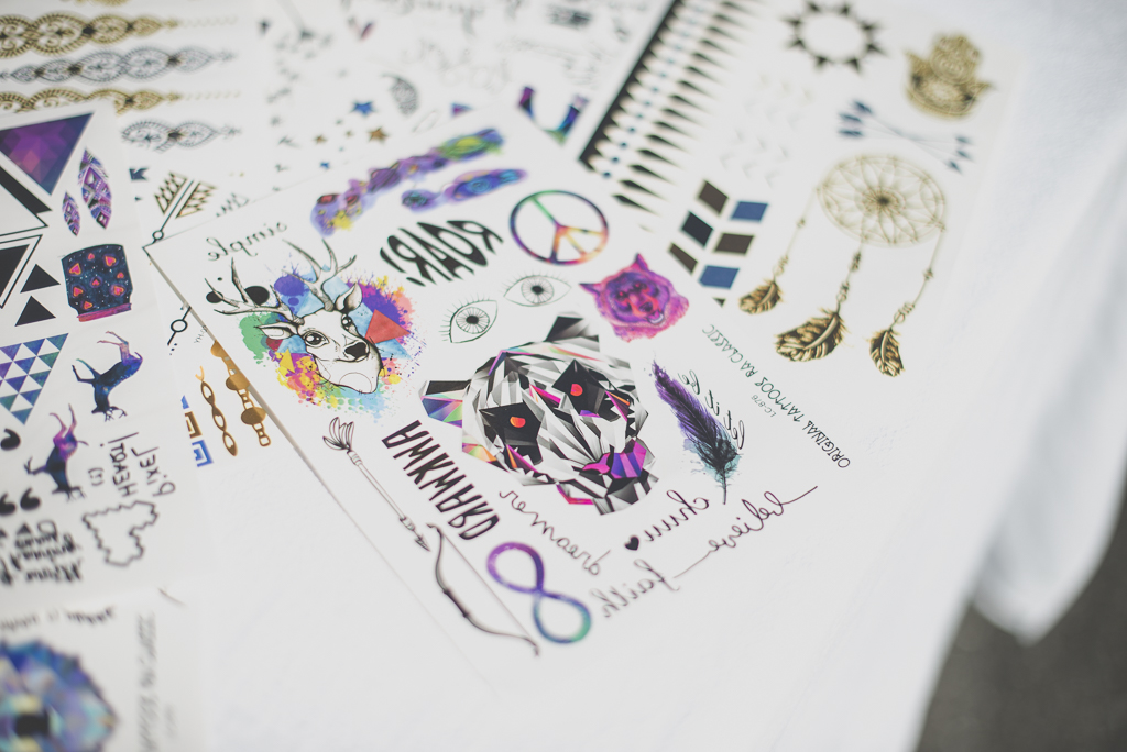 Reportage mariage automne Saint-Gaudens - planches de tatouages éphémères - Photographe Saint-Gaudens