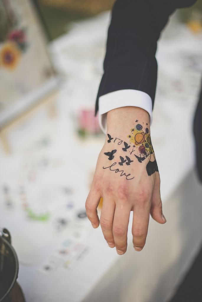 Reportage mariage automne Saint-Gaudens - tatouage éphémère love - Photographe Saint-Gaudens