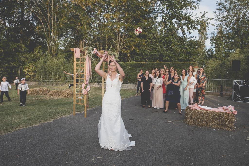Reportage mariage automne Saint-Gaudens - lancé de bouquet - Photographe Saint-Gaudens