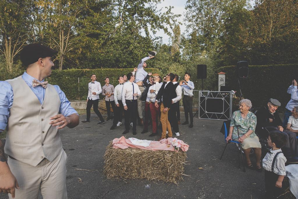 Reportage mariage automne Saint-Gaudens - jeté de beret - Photographe Saint-Gaudens