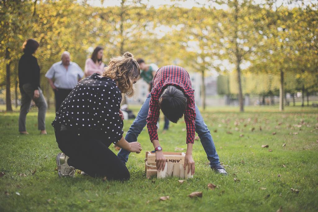 Reportage famille automne - mise en place des quilles de molkky - Photographe famille Haute-Garonne