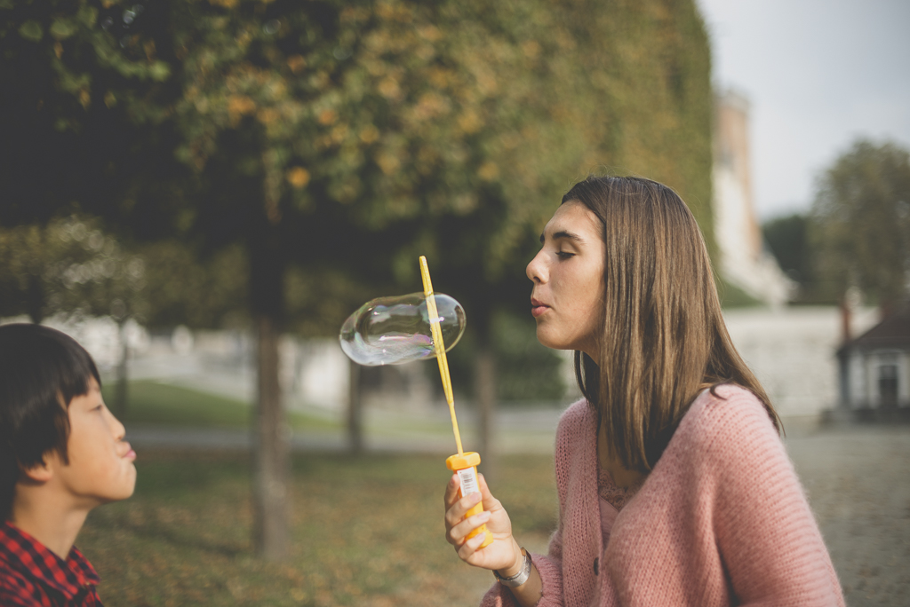 Reportage famille automne - jeune fille fait une grosse bulle de savon - Photographe famille Haute-Garonne
