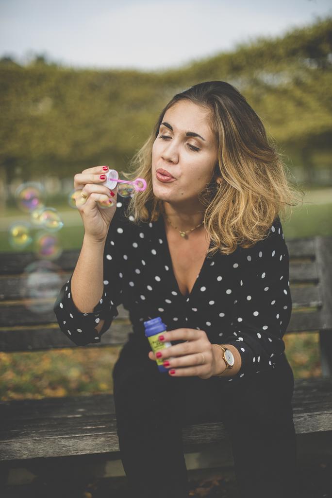Reportage famille automne - jeune femme fait des bulles de savon - Photographe famille Haute-Garonne