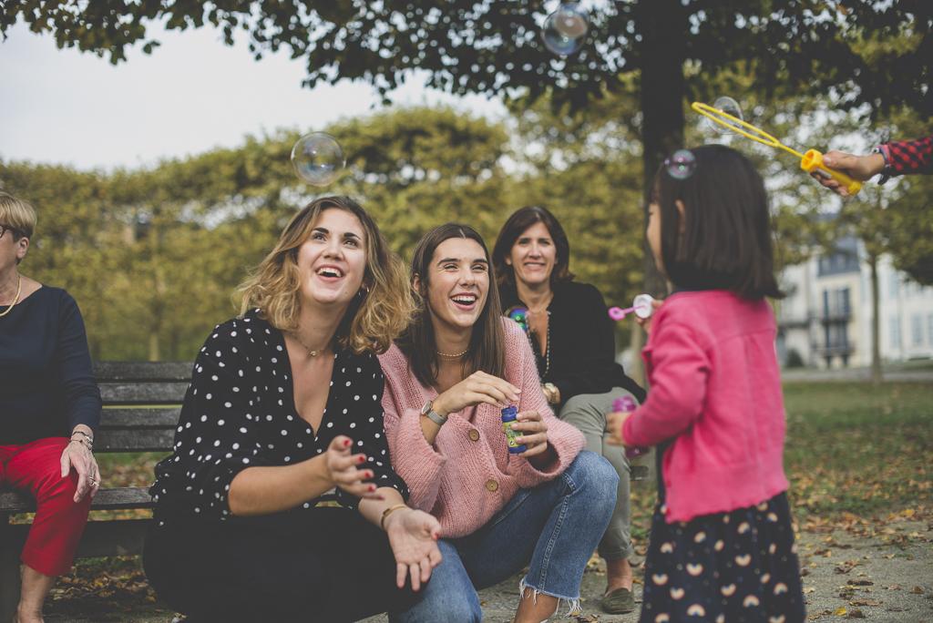 Reportage famille automne - famille fait des bulles de savon ensemble - Photographe famille Haute-Garonne
