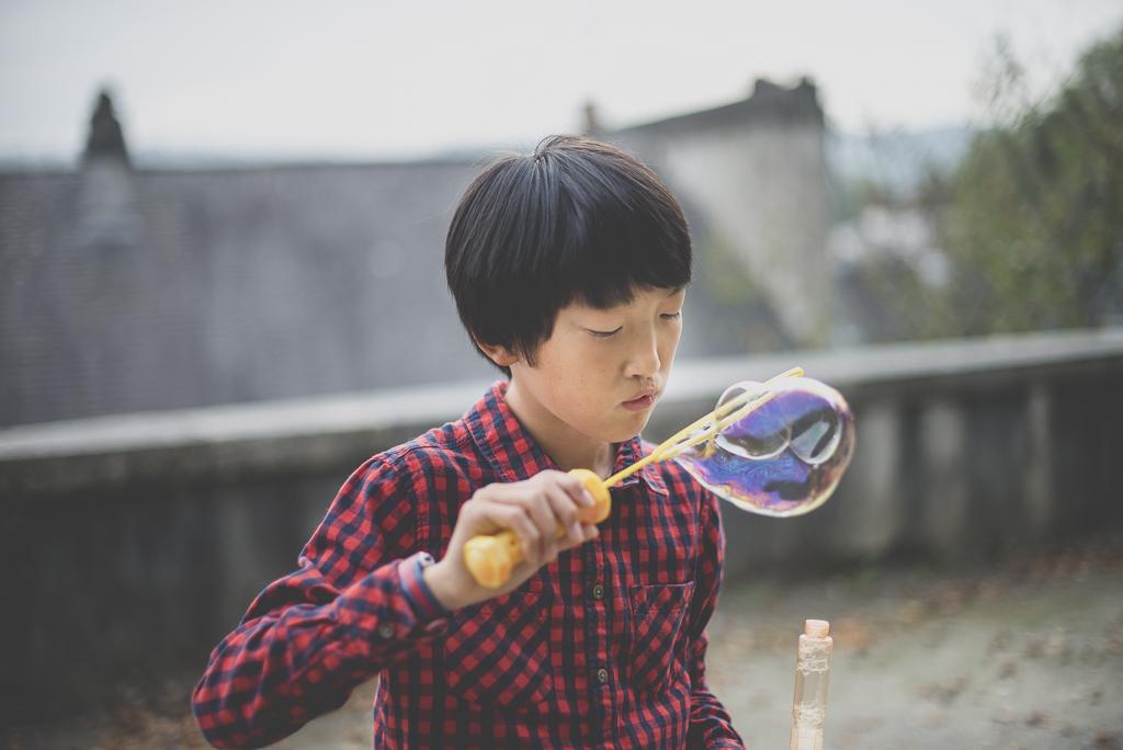 Reportage famille automne - petit garçon souffle des bulles - Photographe famille Haute-Garonne