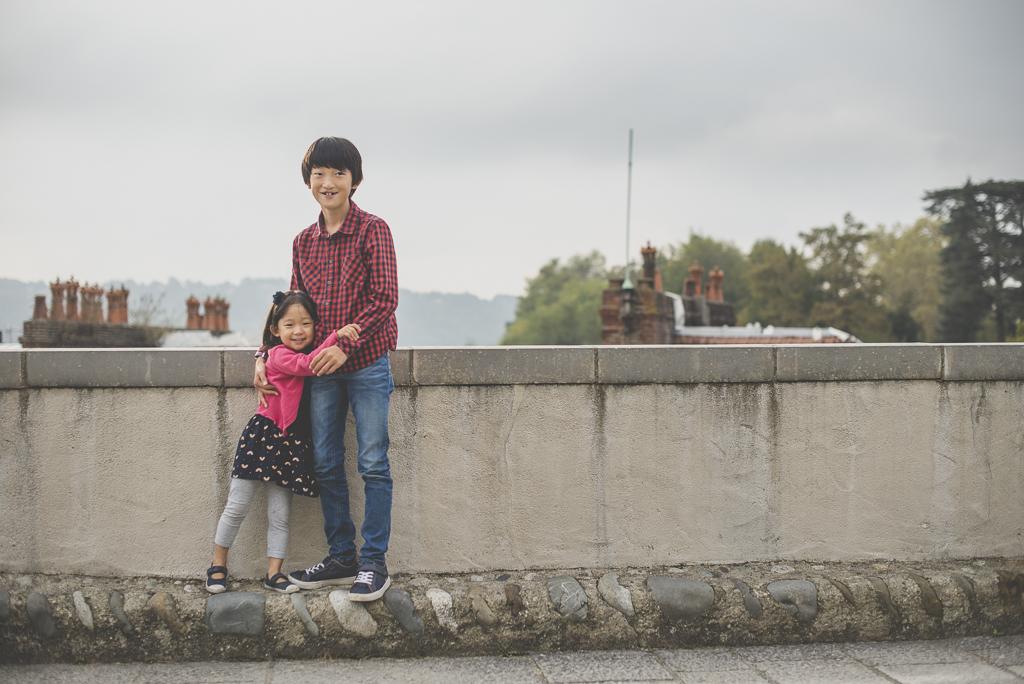 Reportage famille automne - frère et soeur enlacés - Photographe famille Haute-Garonne