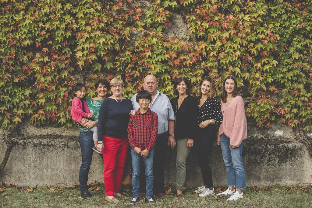 Reportage famille automne - famille pose ensemble - Photographe famille Haute-Garonne