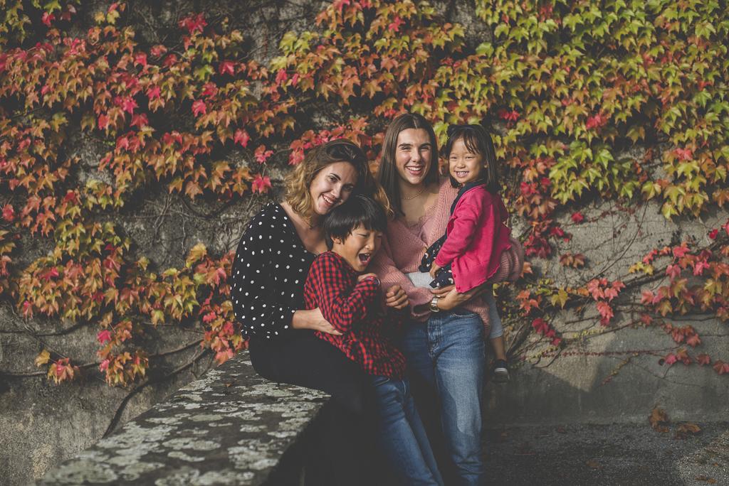 Reportage famille automne - quatre enfants posent - Photographe famille Haute-Garonne