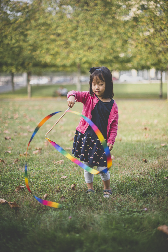 Reportage famille automne - petite fille joue au ruban - Photographe famille Haute-Garonne