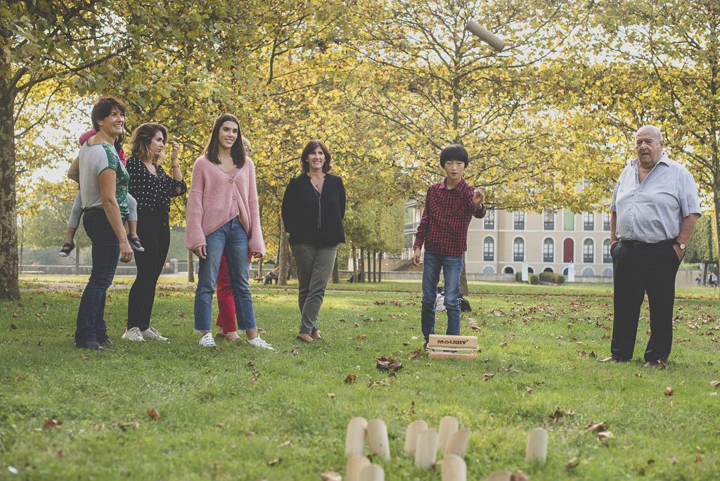 Reportage famille automne - famille joue au molkky - Photographe famille Haute-Garonne