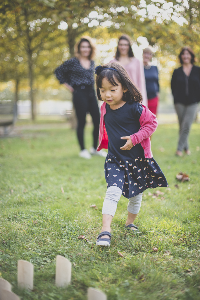 Reportage famille automne - petite fille joue au molkky - Photographe famille Haute-Garonne