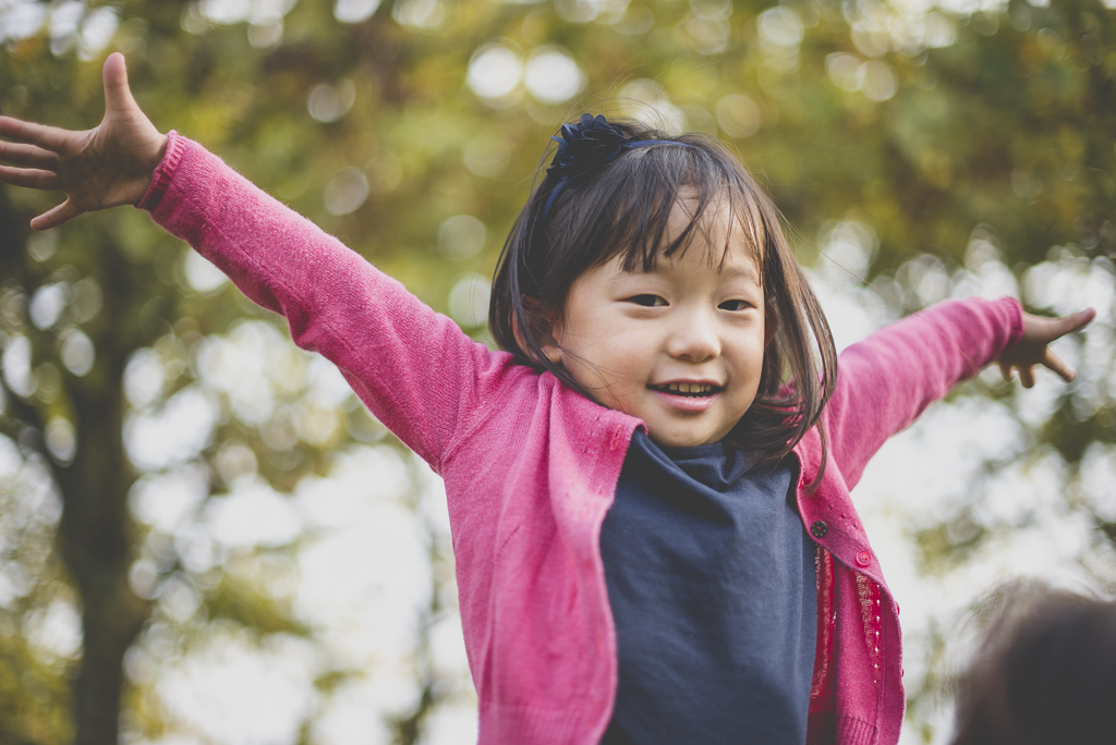 Reportage famille automne - petite fille avec les bras en l'air - Photographe famille Haute-Garonne