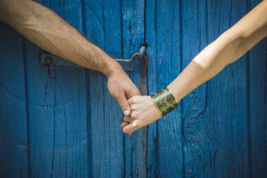 rozimages - photographie de portrait - session couple - homme et femme se tenant la main devant une porte bleue - Melgven, France