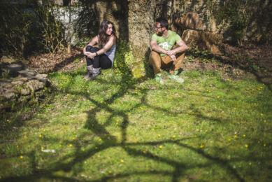 rozimages - photographie de portrait - session couple - femme et homme assis dans l'herbe se regardant - Melgven, France