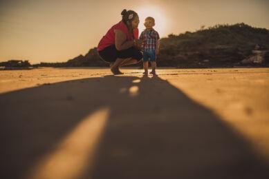 rozimages - photographie de portrait - session famille - mère et fils à la plage - Broome, Australie