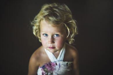 Portrait d'une petite fille levant les yeux. Seance Famille et Enfants. Photographe: Rozenn Hamoniau (Haute Garonne)
