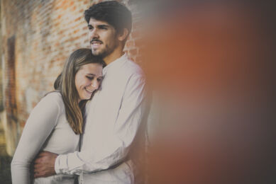 rozimages - couple photography - couple hugging in front of brick wall - Jardin des plantes, Toulouse, France
