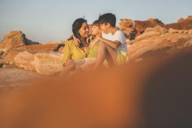 Séance photo famille - Maman et ses deux garçons se faisant un calin - Photographe famille