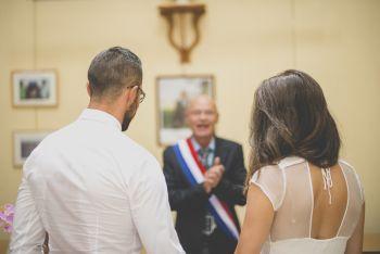 Reportage mariage Bretagne - Mariés à la mairie - Photographe mariage